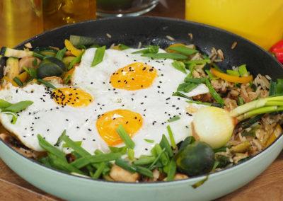 Ryż smażony z jajkiem, papryką i pieczarkami