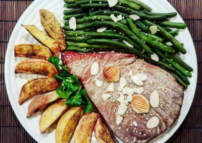 Stek z pieczonymi szparagami, słodkimi ziemniakami i rzodkiewkami
